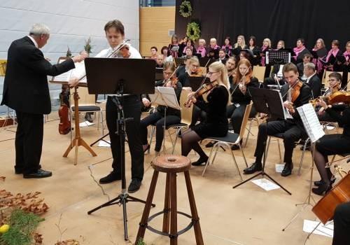 Das Oberpfälzer Kammerorchester Regensburg wird von Peter Pfundtner dirigiert.