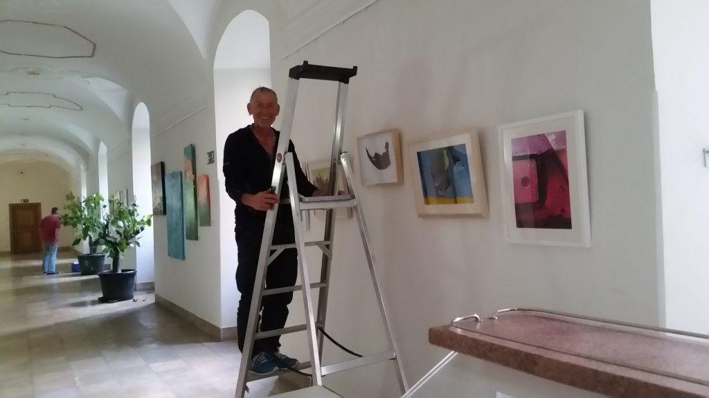 """Aufbau der Mitglieder-Ausstellung """"Die Kraft der Farbe"""" in Kloster Ensdorf, auf unsrem Bild Kunstfotograf Tom Frömel. Foto: R. Ullmann"""