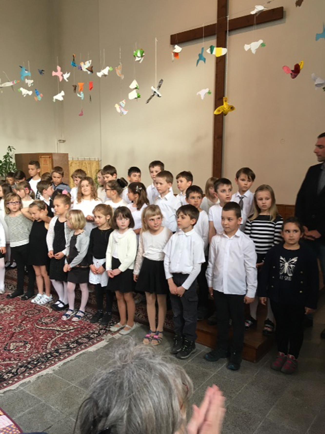 """Der Kinderchor """"Notičky"""" der Kunstschule Klattau begleitete die Vernissage gesanglich. Fotos: Maria Wunder."""