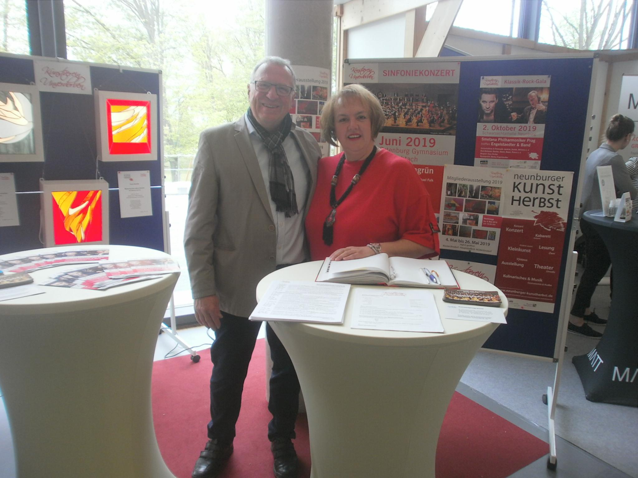 1. Vorsitzender Peter Wunder und Vorstandsmitglied Dana Ettl bei Eröffnung der Schwarzachtalmesse am KVU-Infostand. Foto: Karl Stumpfi