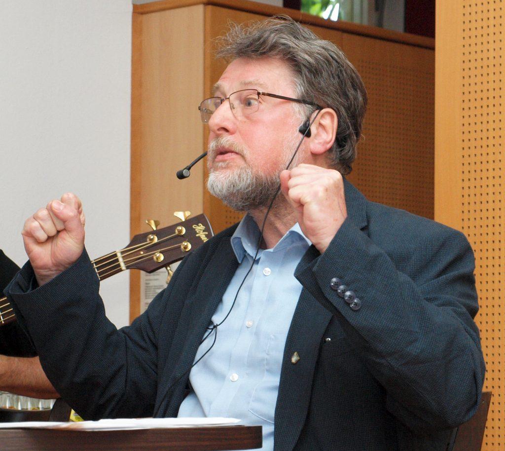 Karl Stumpfi rezitiert satirische Texte bekannter deutschsprachiger Autoren.
