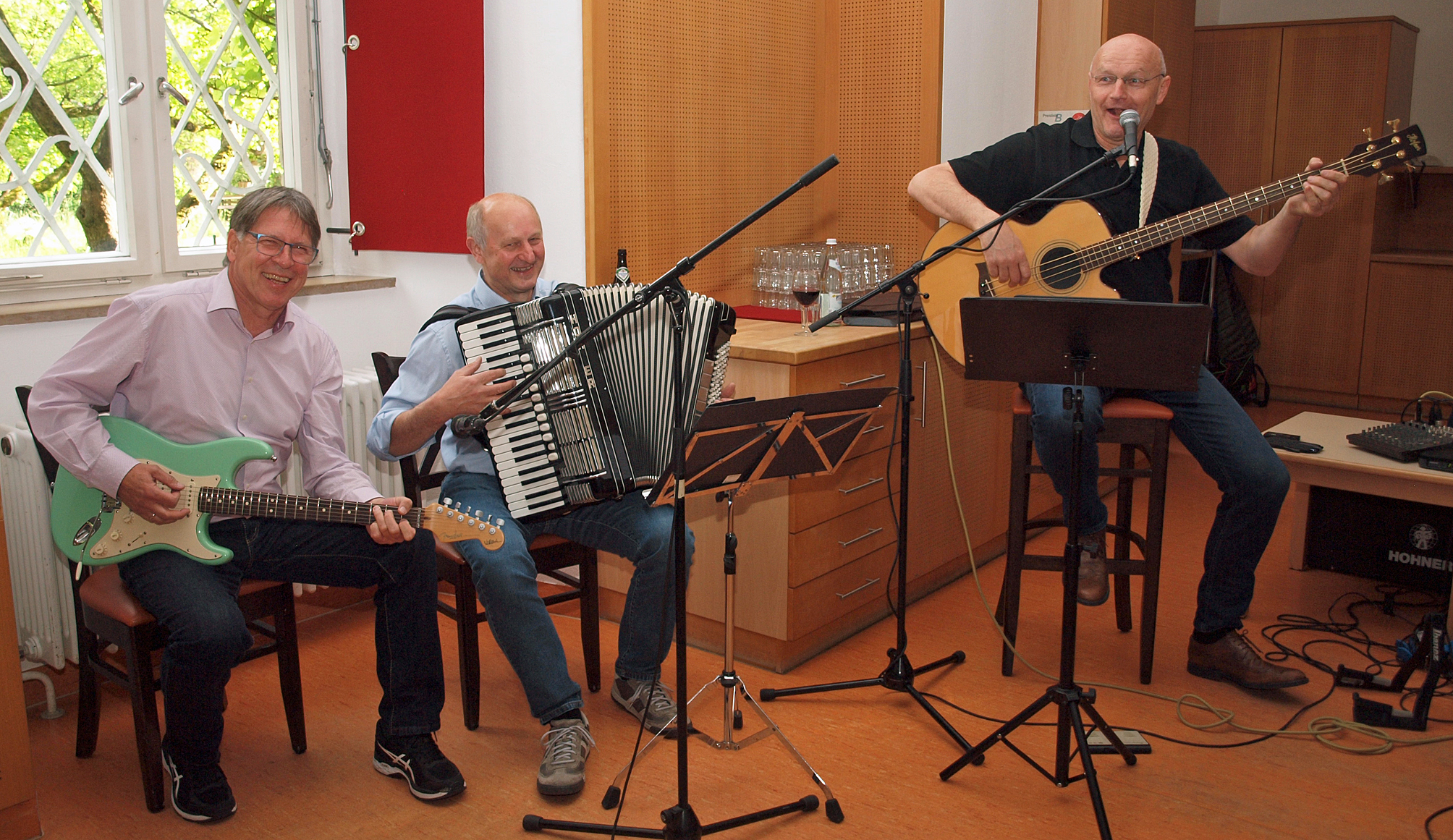 """Im Kloster Ensdorf """"on stage"""": Klaus Götze (Gitarre), Franz Schöberl (Akkordeon) und Jürgen Zach (Bass und Gesang). Fotos: Hubert Söllner, NT"""