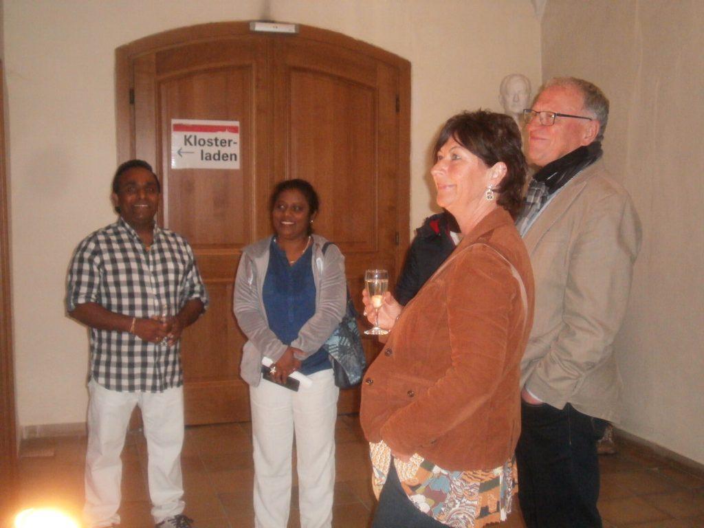 Der aus Sri Lanka stammende Künstler Lakshman Lik (li.) mit Tanja Lennert und Peter Wunder beim Rundgang durch die Ausstellung.