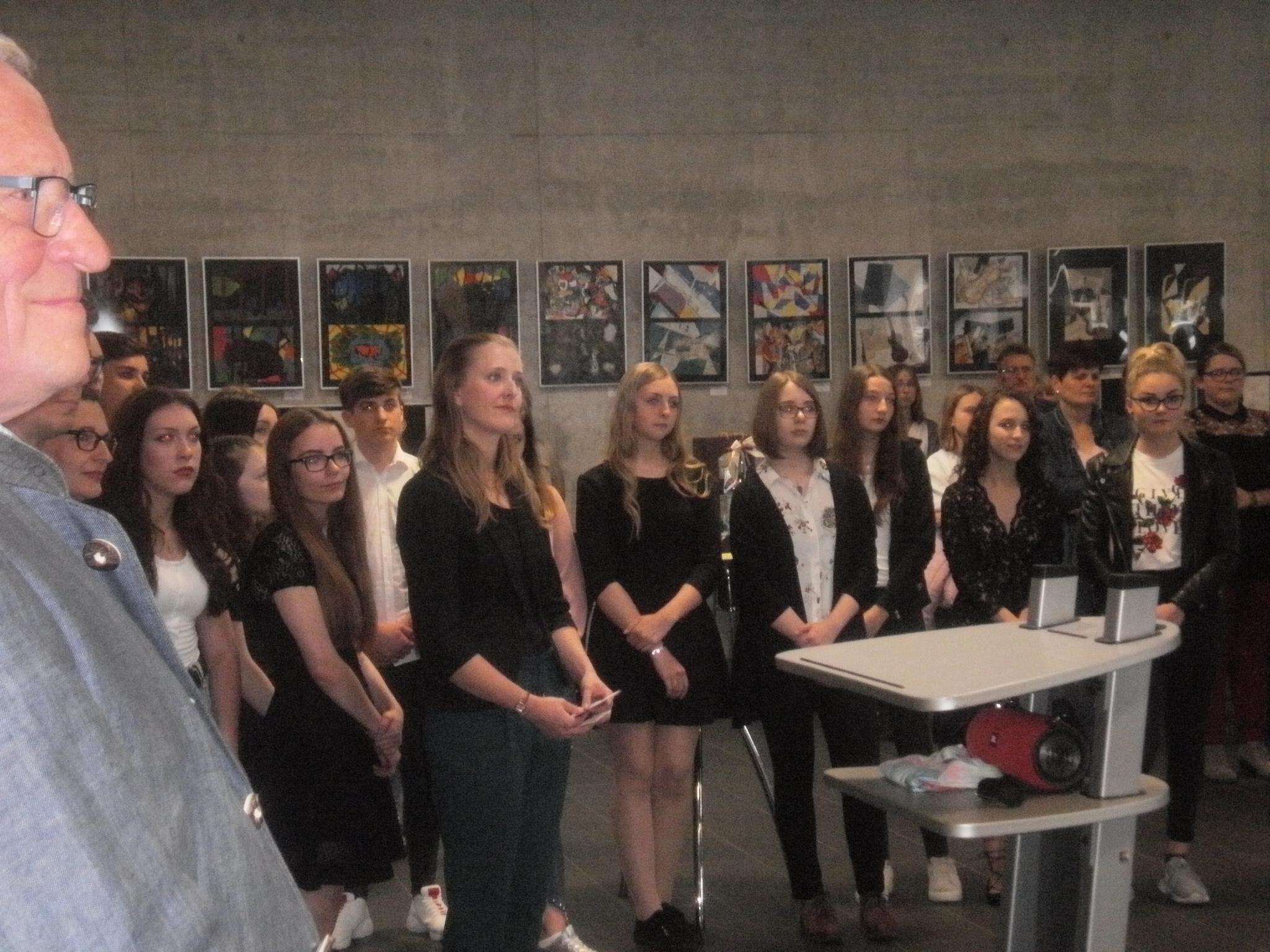 Schülerinnen der Klasse 10d mit ihrer Kunsterzieherin Juli Weigl bei der Vernissage im Hallenfoyer. Tatkräftig unterstützt wurden sie vom Vorsitzenden des Kunstvereins Unverdorben, Peter Wunder (links).