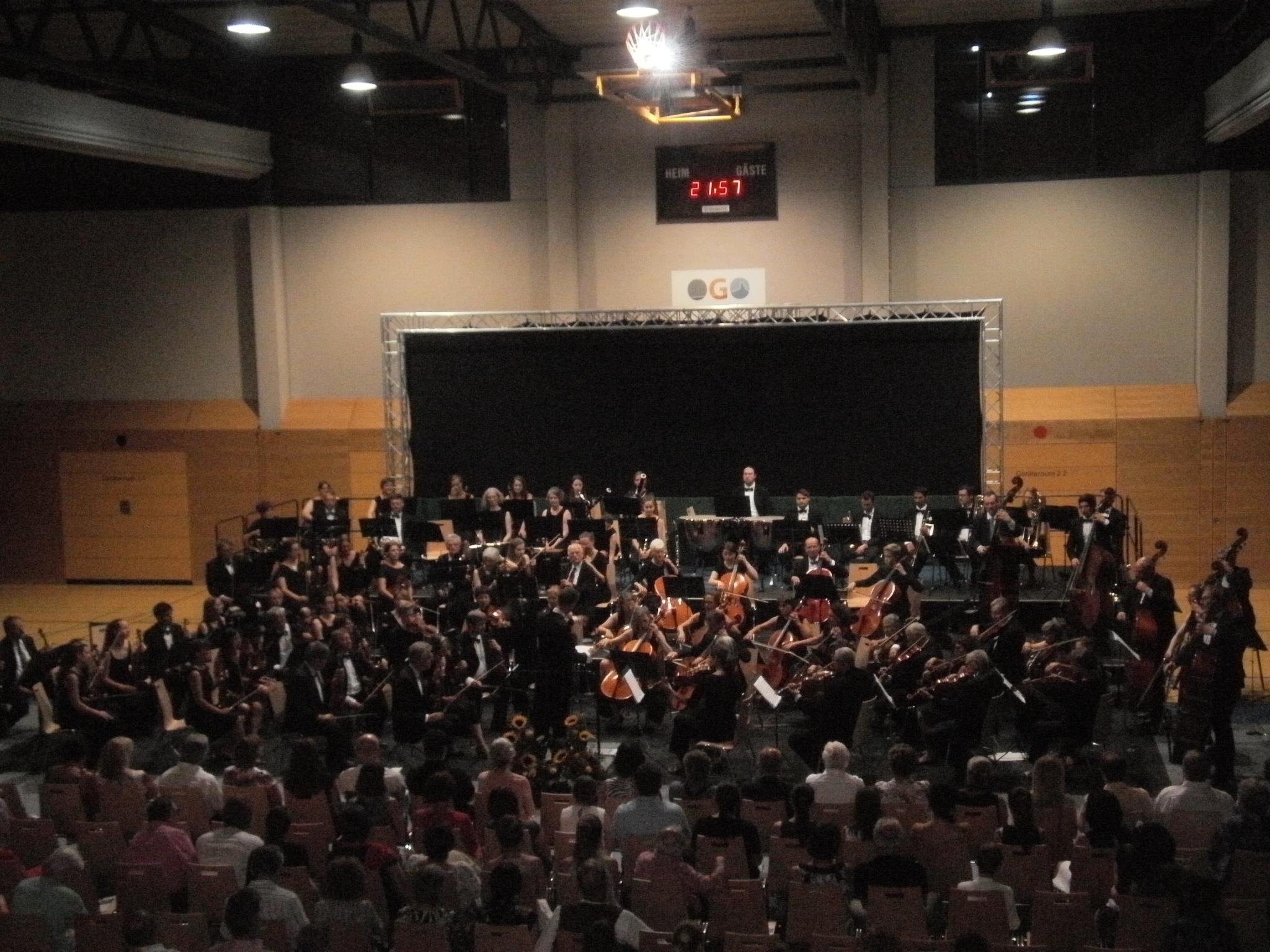 """Blick von der """"Galerie"""" aufs Auditorium und Konzertpodium."""