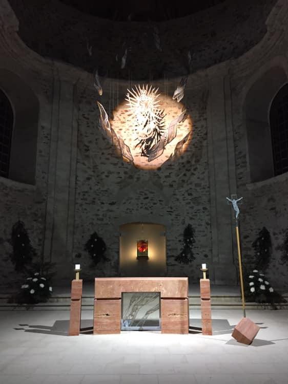 Auf Engelsflügen getragen: Maria Himmelfahrt, Kunstwerk von Karel Rechlik in der Wallfahrtskirche Neratov. Foto JakubKylar