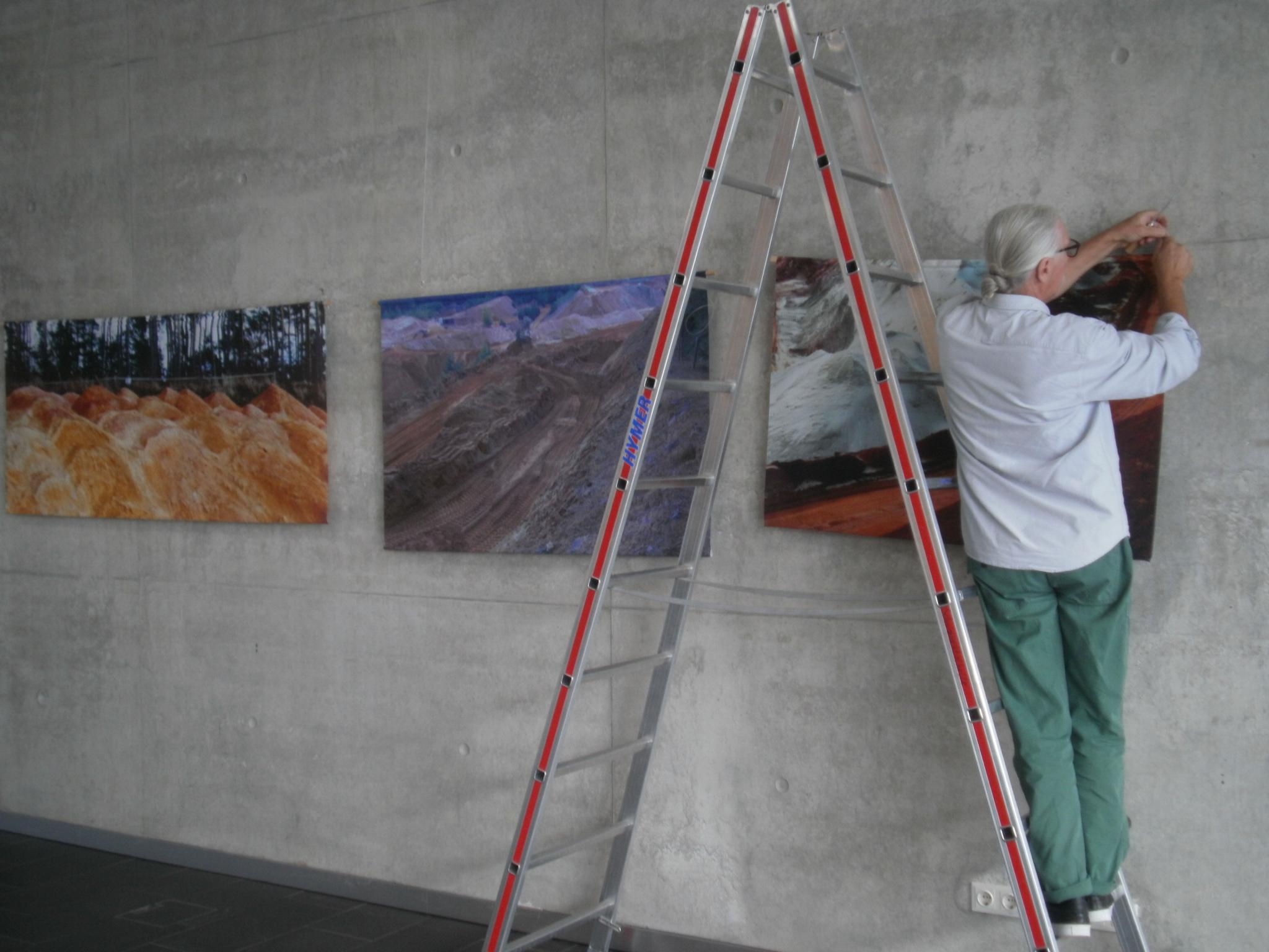 """Der Aufbau der Kunstausstellung """"Ahoj 19"""" wurde am Mittwoch im Foyer der Schwarzachtalhalle abgeschlossen. Foto: K. Stumpfi"""