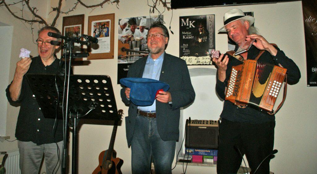 """Die beiden Hamburger Künstler wurden mit Neunburger Erinnerungsgaben verabschiedet, """"Hussitengeist"""" durfte dabei nicht fehlen!"""