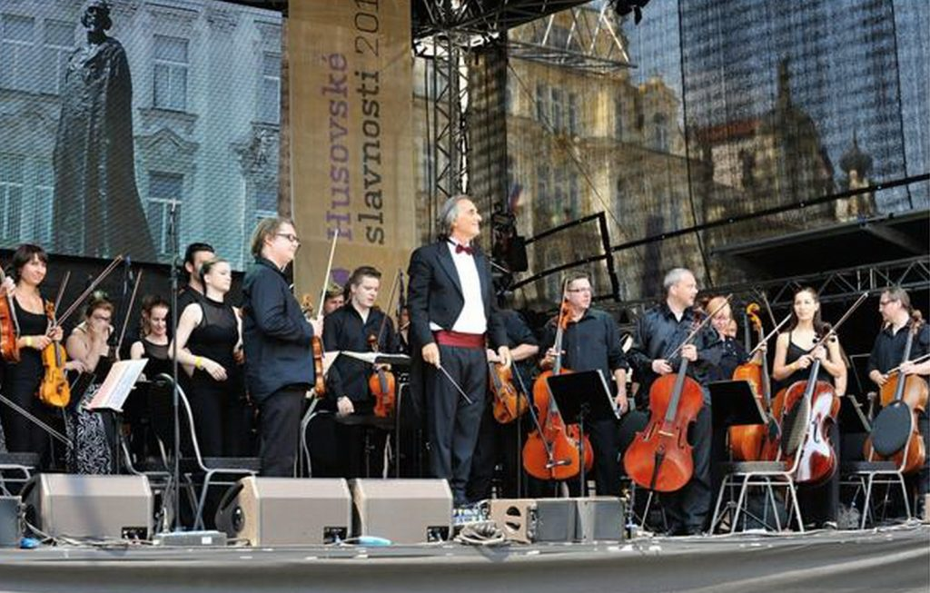 Hans Richter leitet die Smetana Philharmoniker Prag seit 2004 als Chefdirigent.