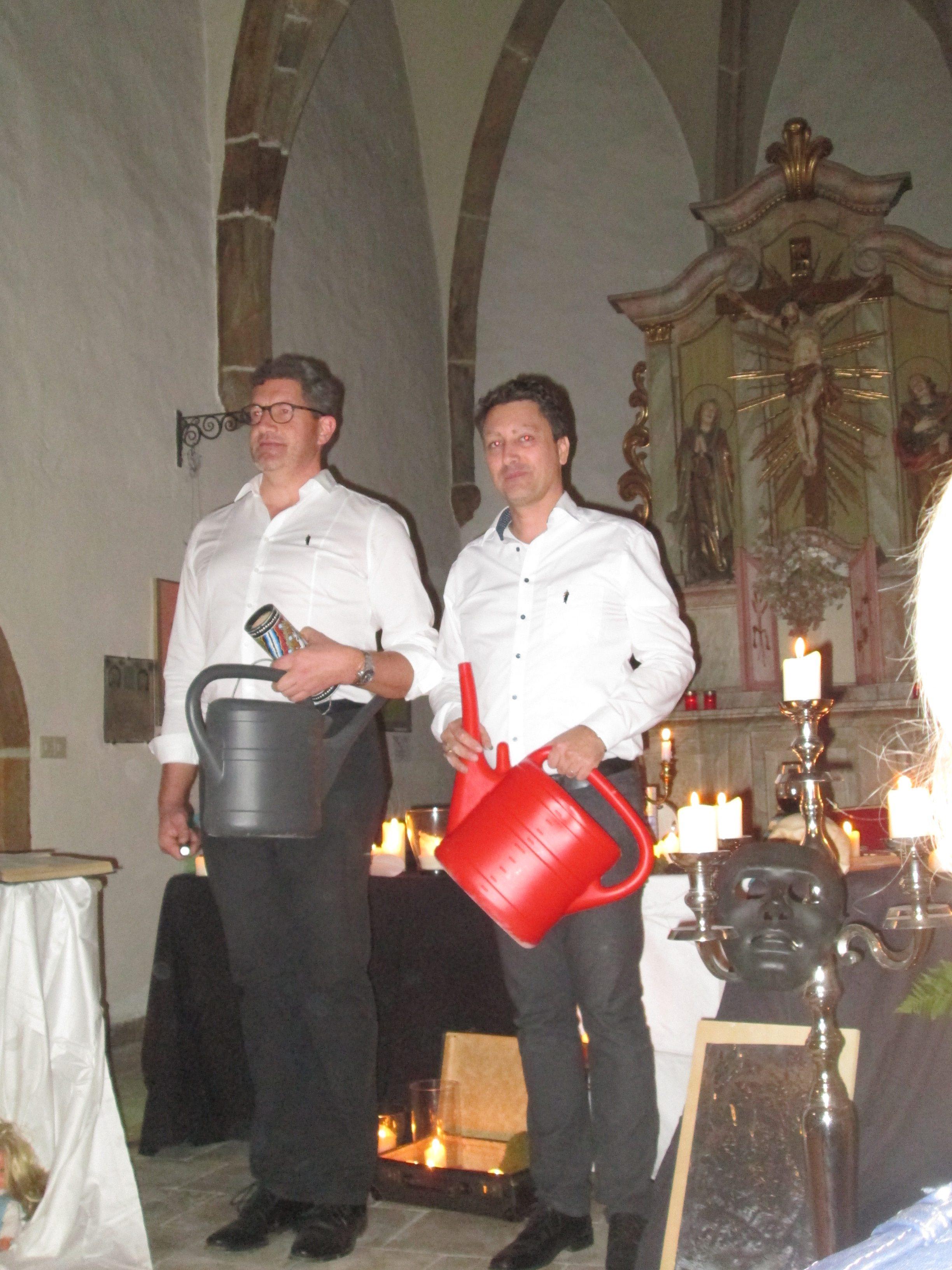 Ouvertüre für zwei Gießkannenbläser: Michael Braun & Michael Chwatal sorgten für einen nicht alltäglichen Auftakt für eine Lyrik-Lesung. Foto: Maria Wunder