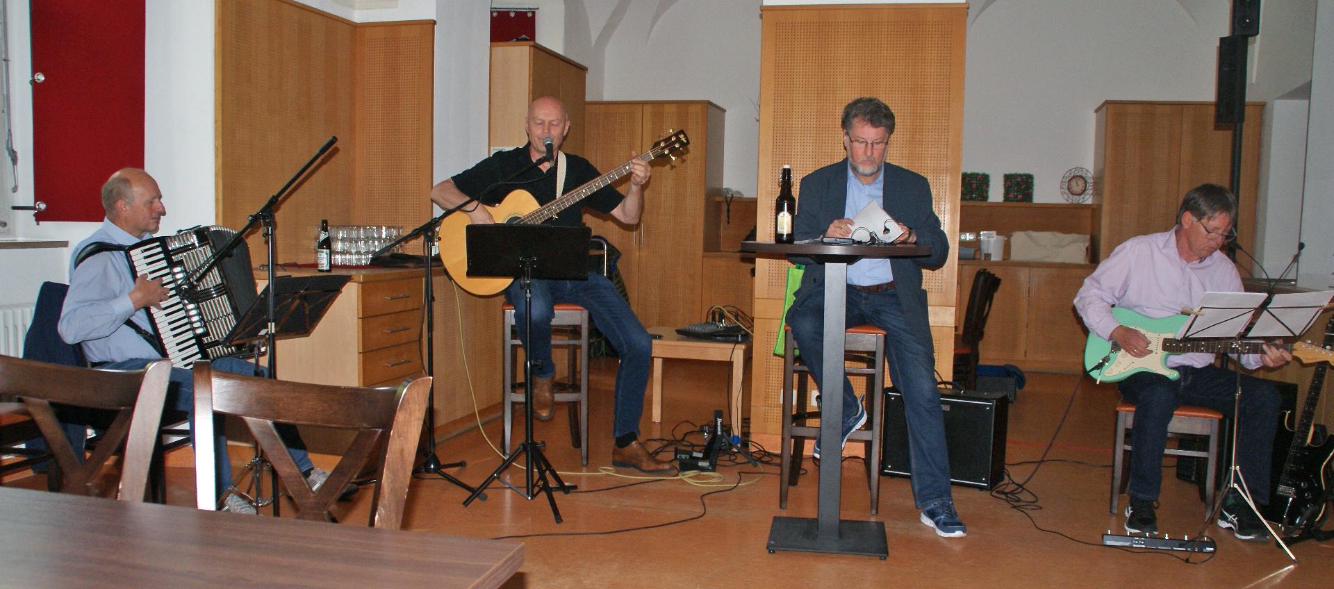 """Die Vier Unverdorbenen """"live"""" (v. re.): Klaus Götze (Gitarre), Karl Stumpfi (Rezitation), Jürgen Zach (Bass/Gesang) und Franz Schöberl (Akkordeon). Foto: Alfred Grassmann"""