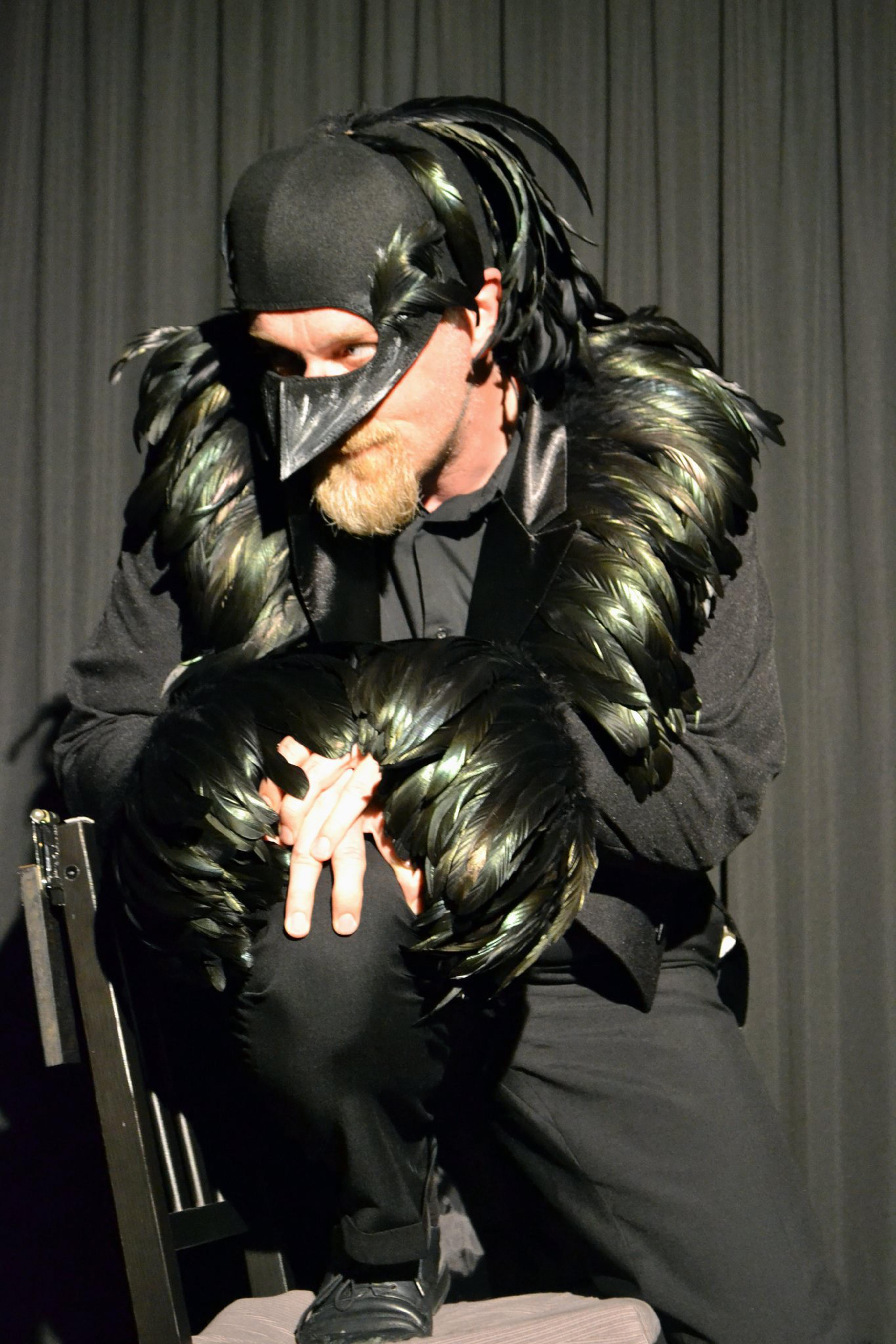"""Markus Veith als """"Rabe"""" im Solo-Theaterstück """"Einst, um eine Mitternacht..."""" nach Edgar Allan Poe."""