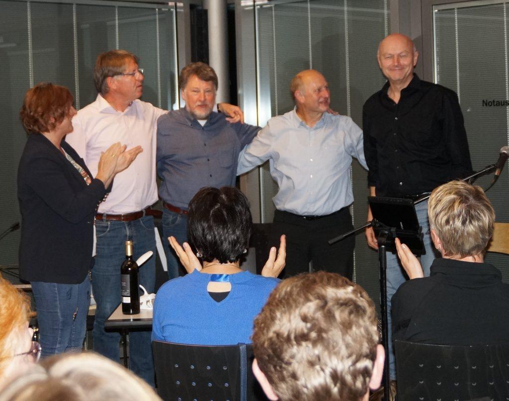 Anne Gierlach von den Oberviechtacher Kunstfreunden bedankte sich bei den Akteuren Klaus Götze, Karl Stumpfi, Franz Schöberl und Jürgen Zach (v. li.) für den gelungenen Auftritt. Foto: Udo Weiß, NT