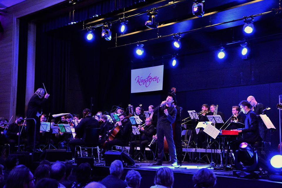 Markus Engelstaedter & Band, begleitet von den Smetana Philharmonikern Prag bei der Neunburger Klassik-Rock-Gala in der Schwarzachtalhalle. Foto: Ralf Gohlke, MZ