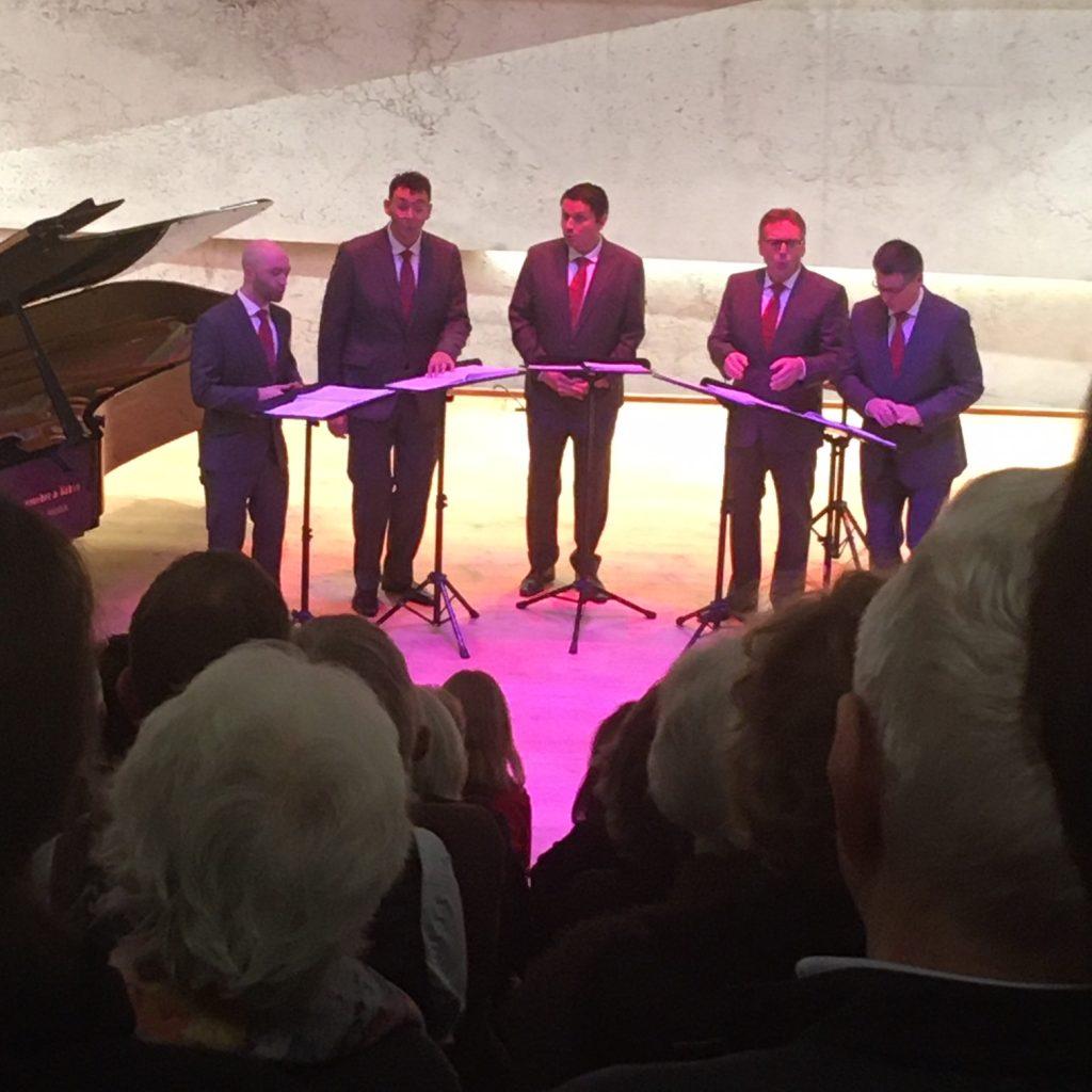 """Die """"Singfoniker"""" bei ihrem Auftritt am 13. Dezember im Blaibacher Konzerthaus."""