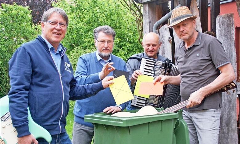 Die Vier Unverdorbenen v. li. n. re.: Klaus Götze (Gitarre), Karl Stumpfi (Rezitation), Franz Schöberl (Akkordeon) und Jürgen Zach (Bass/Gesang.) Foto: Alfred Grassmann