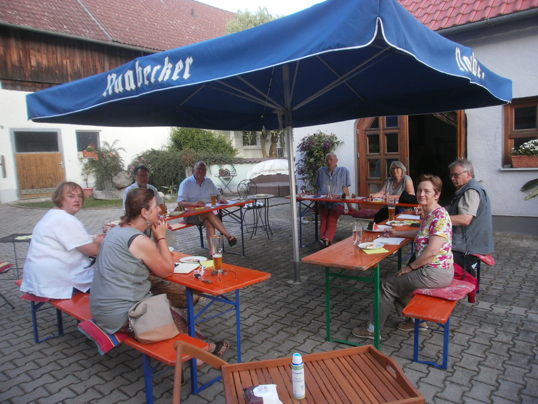 """""""Auf Distanz"""" gingen die Vorstandschaftsmitglieder des KVU bei ihren Zusammenkünften im Gasthaus Ettl - um die Corona-Abstandsregel einzuhalten... Foto: Georg Ettl"""