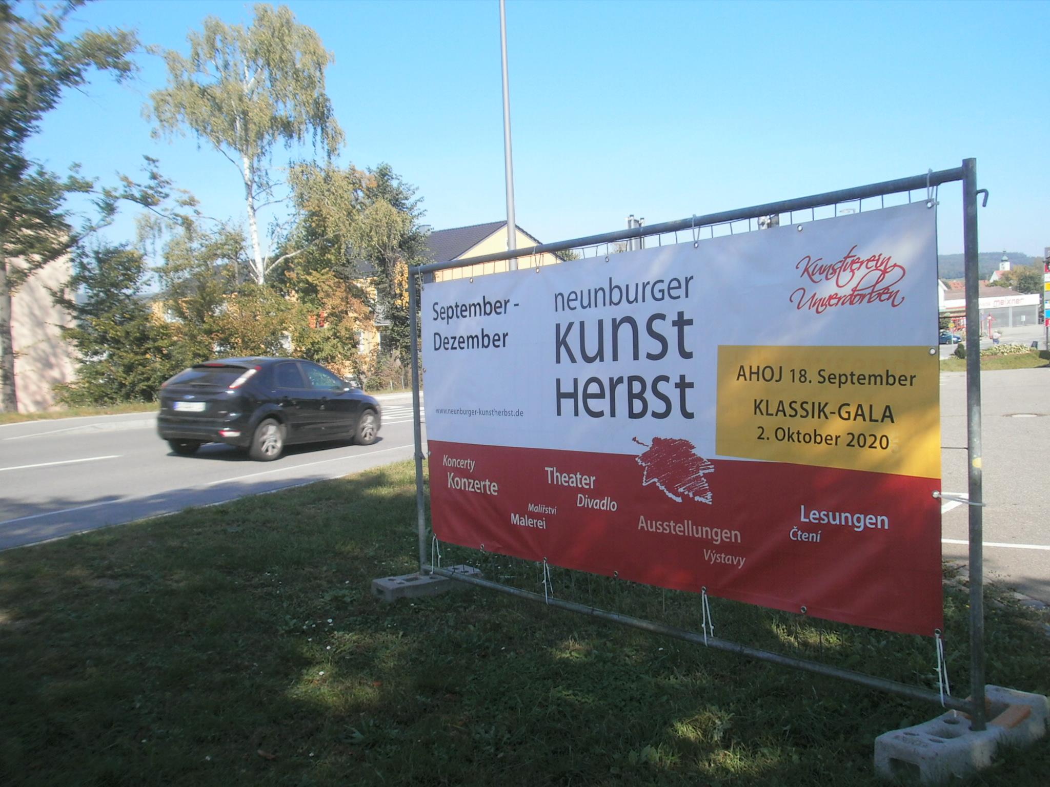Großflächige Werbebanner an den Ausfallstraßen lenken das Augenmerk auf den Neunburger Kunstherbst '20.
