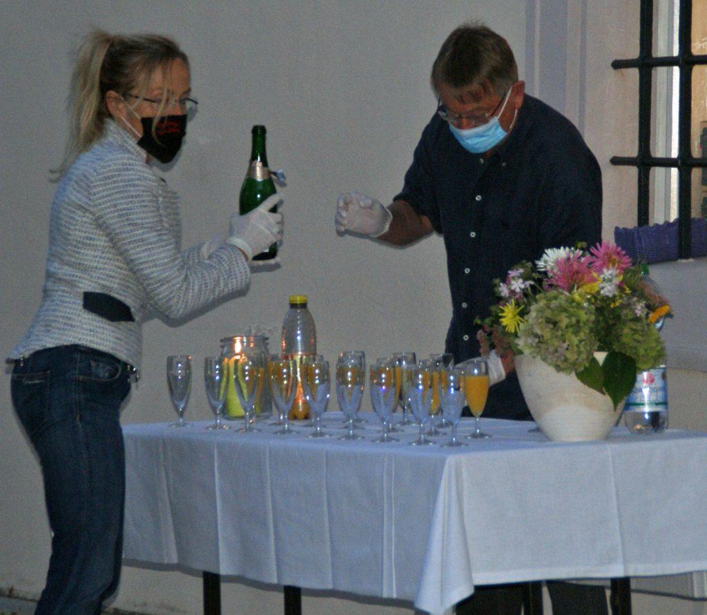 """Vor dem dritten Ausstellungsquartier Fronfeste wurde das von Maria Bücherl und Jochen Ullmann betreute """"Sekt-Buffet"""" eröffnet."""