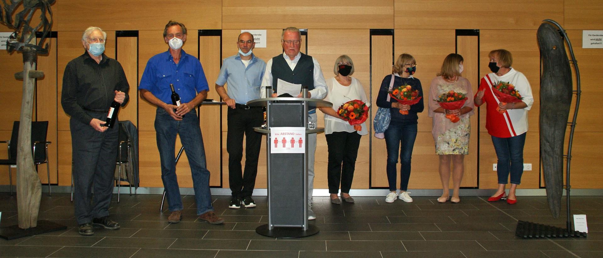 KVU-Vorsitzender Peter Wunder (am Rednerpult) begrüßte am 18. September kurz nach 18 Uhr im Hallenfoyer Künstlerinnen und Künstler aus der Tschechischen Republik und Bayern.