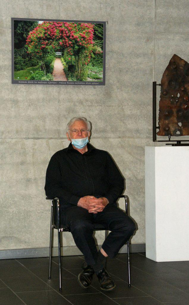 """Nestor der Ausstellerriege, Karl Martz (82) unter einem seiner Werke der Fotoserie """"Historischer Garten Fürth 1911"""""""