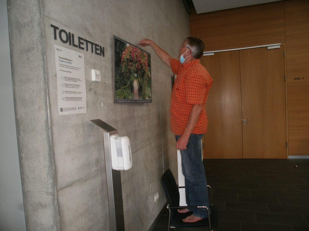 """Letzte Handgriffe im Ausstellungsquartier """"Hallenfoyer"""" am Donnerstag Nachmittag. Fotos: Karl Stumpfi, KVU"""