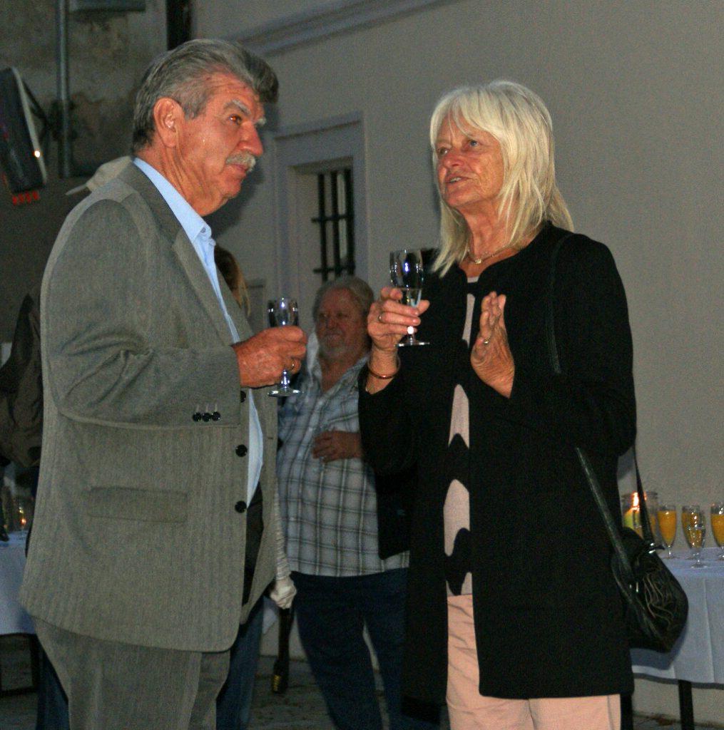 Stellvertretender Landrat Jakob Scharf stößt mit seiner Gattin auf ein Gelingen der Neunburger Kunstherbst-Saison 2020 an.