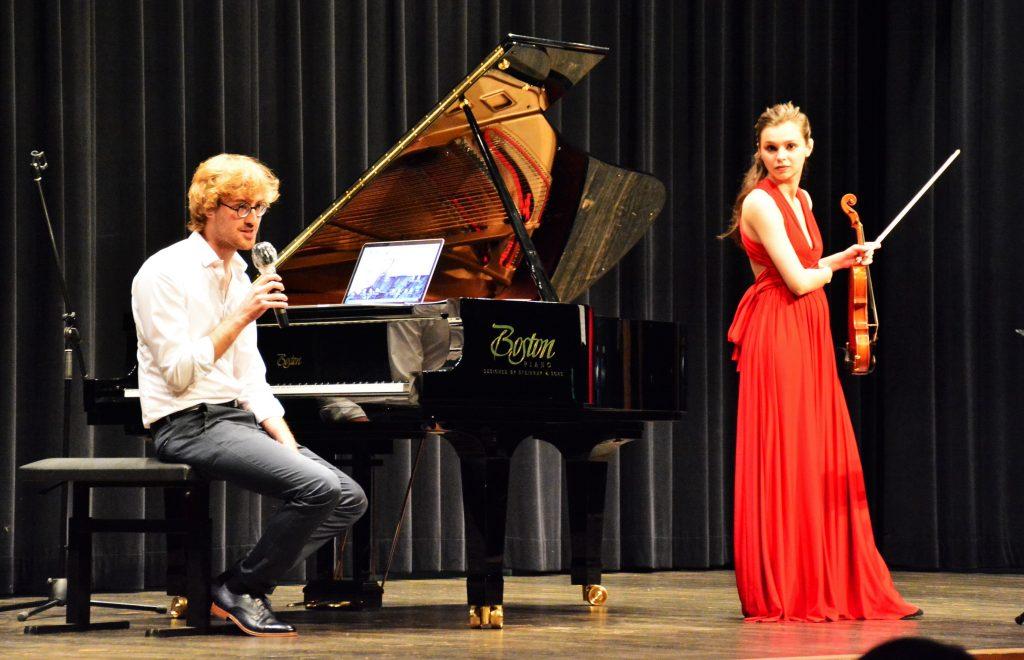"""Komponist Alexander Maria Wagner erläuterte die Handlung der Operette zwischen den Tanzsätzen der Suite """"Café Ringelspiel"""". Foto: Ralf Gohlke, MZ"""