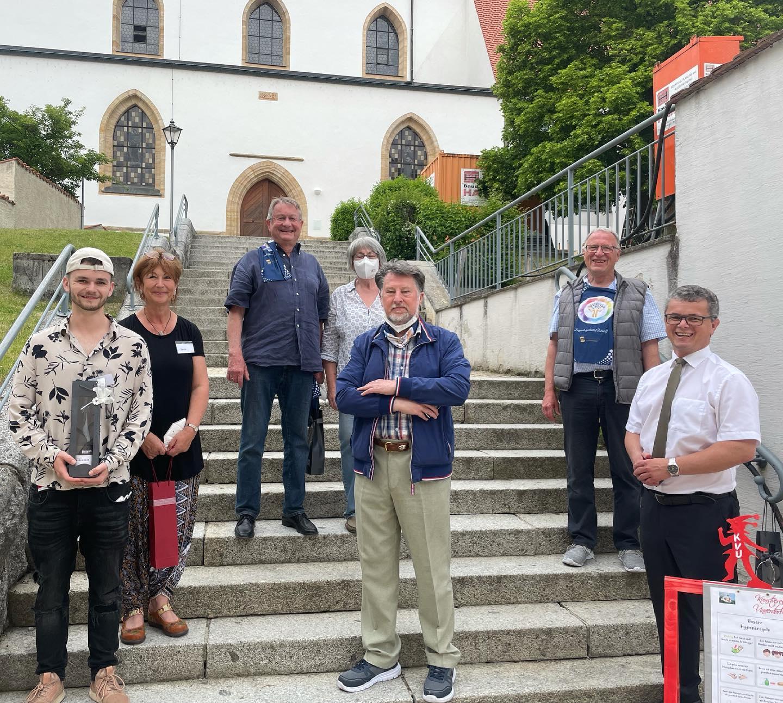 """Anerkennungspräsente in Form eines """"edlen Tropfens"""" übergab Bürgermeister Martin Birner (re.) an Karl Stumpfi (unten Mitte), Tanja & Valentin Lennert (unten li.), Peter Wunder (oben re.) sowie Renate & Jochen Ullmann."""
