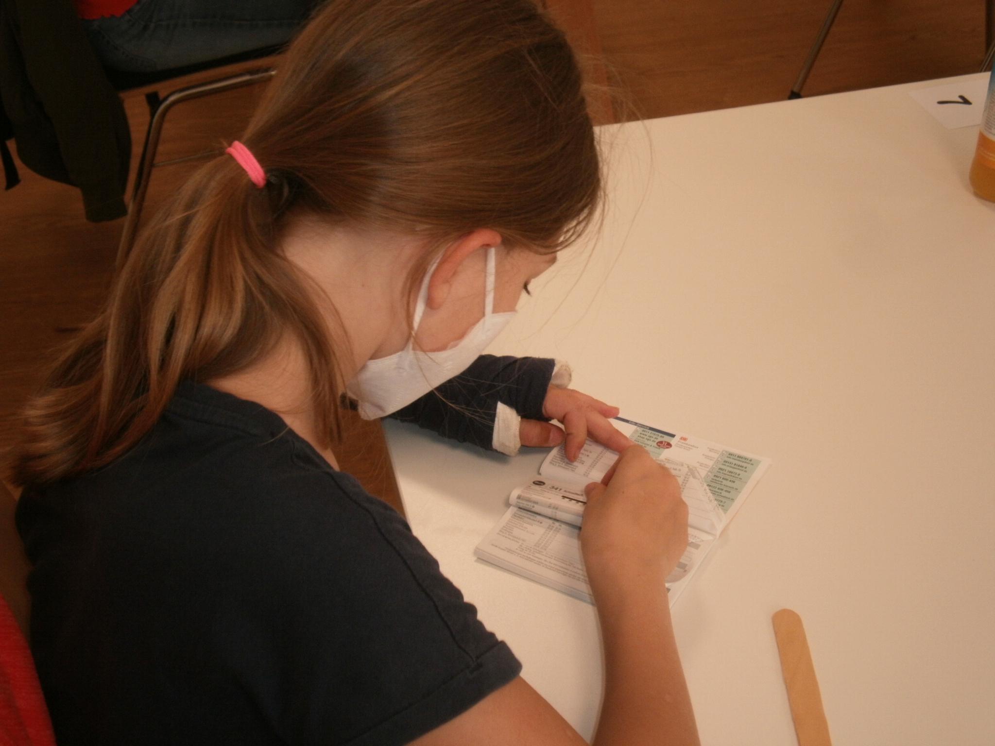 """Viktoria (10) aus Neunburg vorm Wald  ist beim """"Auftrag"""", einen ausrangierten Fahrplan in einen Igel zu verwandeln, hoch konzentriert  bei der Sache..."""
