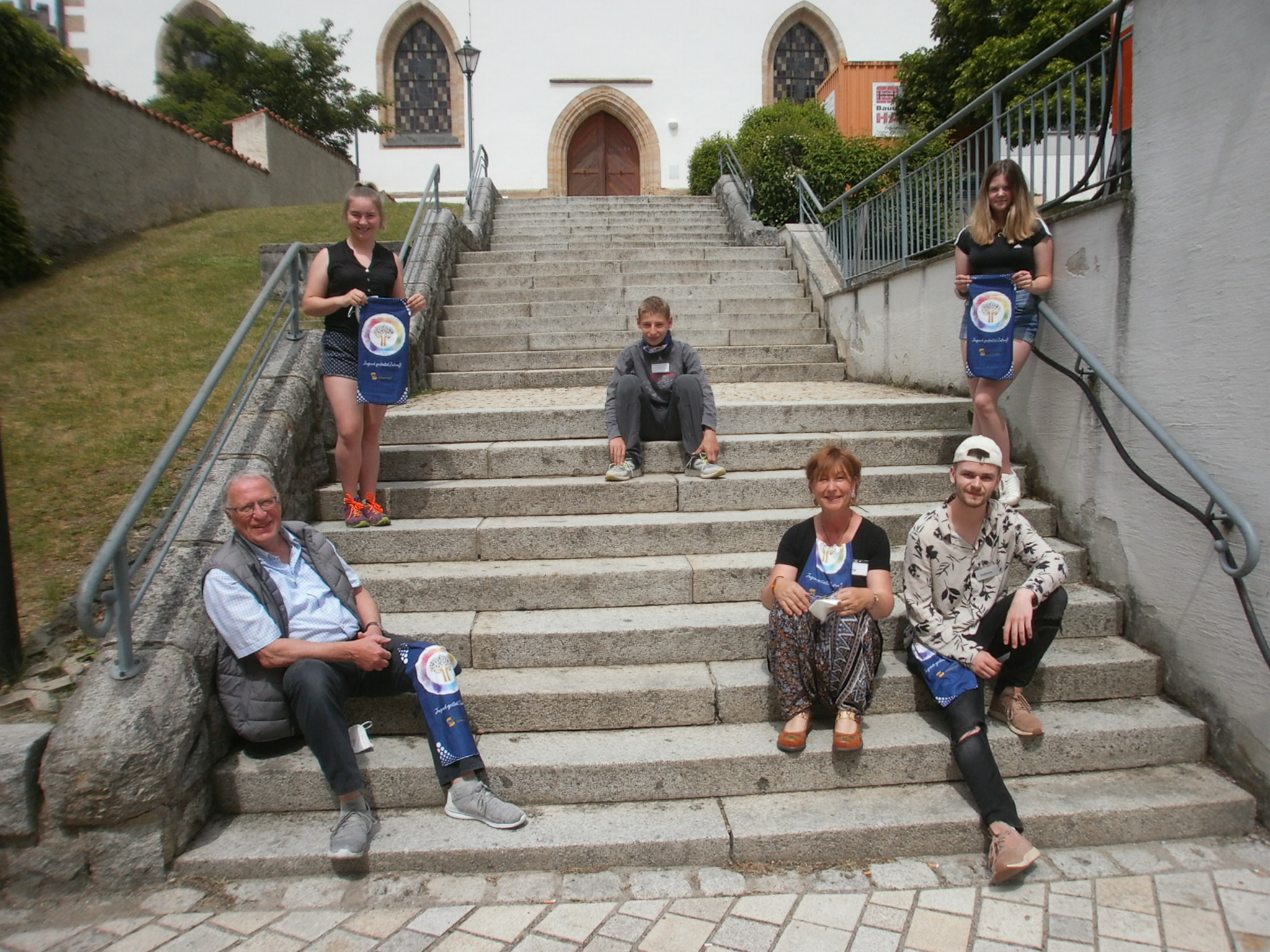 Die kleine, aber rührige Graffiti-Malgruppe mit den Workshop-Leitern Valentin und Tanja Lennert (re. unten) sowie KVU-Vorsitzendem Peter Wunder. Fotos: Karl Stumpfi