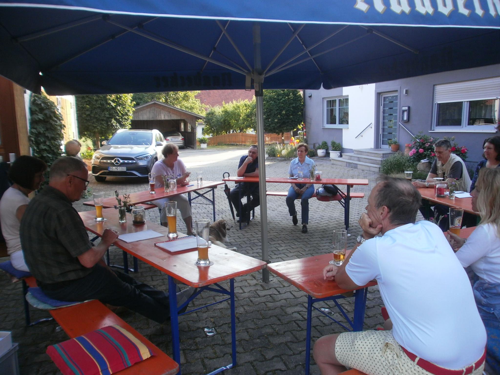 """Die erste Vorstandsrunde '21 des Kunstvereins fand am 22. Juni """"openair"""" in Pissau statt. Foto: Karl Stumpfi, KVU"""