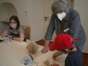Renate Ullmann gibt den Kindern fachliche Tipps.