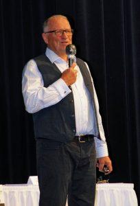 KVU-Vorsitzender Peter Wunder führt durch das Programm.