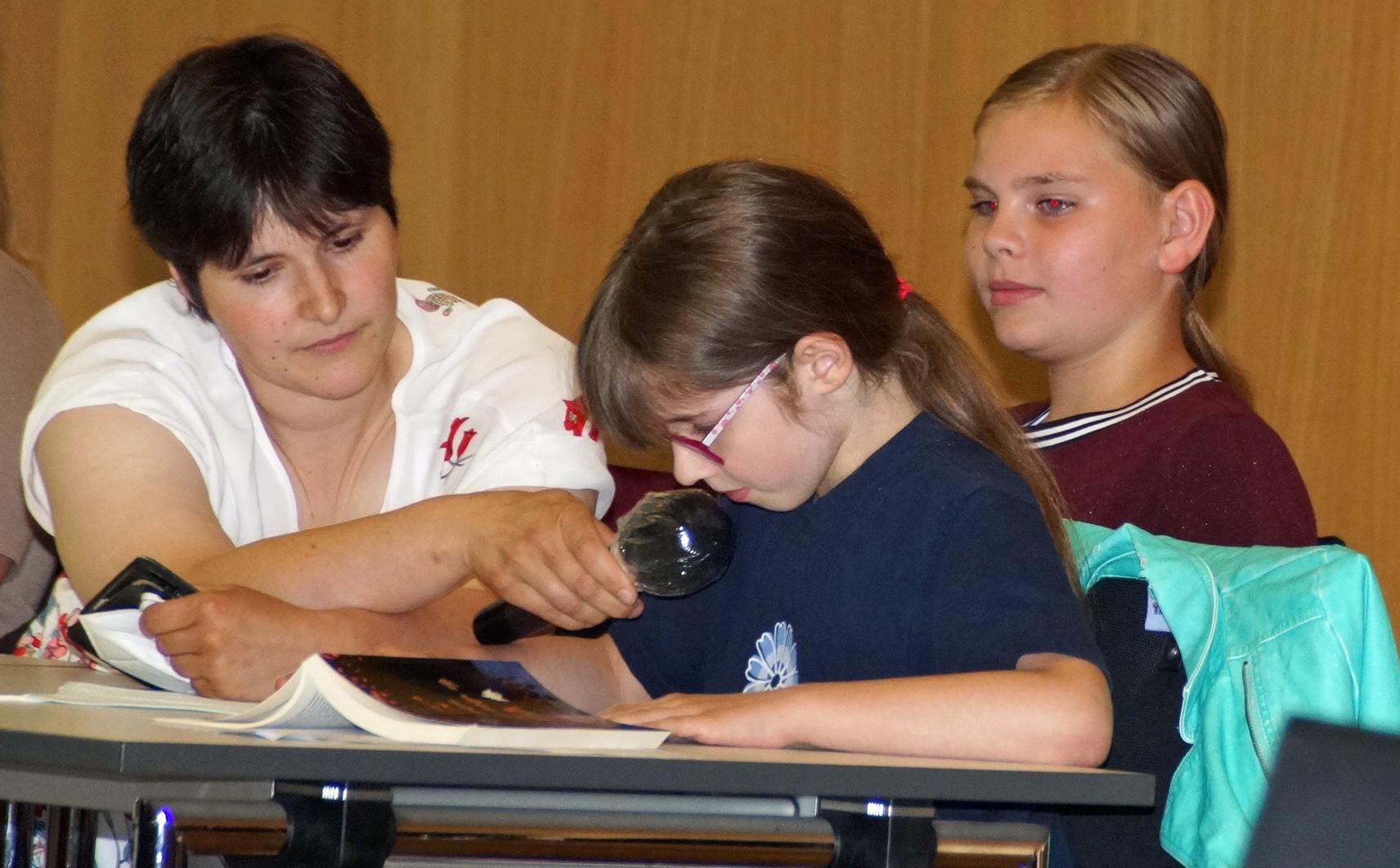 Sophie Stöckerl (hier bei der Lesung eines Auszugs ihrer Vampirgeschichte) und Miriam Schwarzhuber waren mit neun Jahren die jüngsten Autoren.