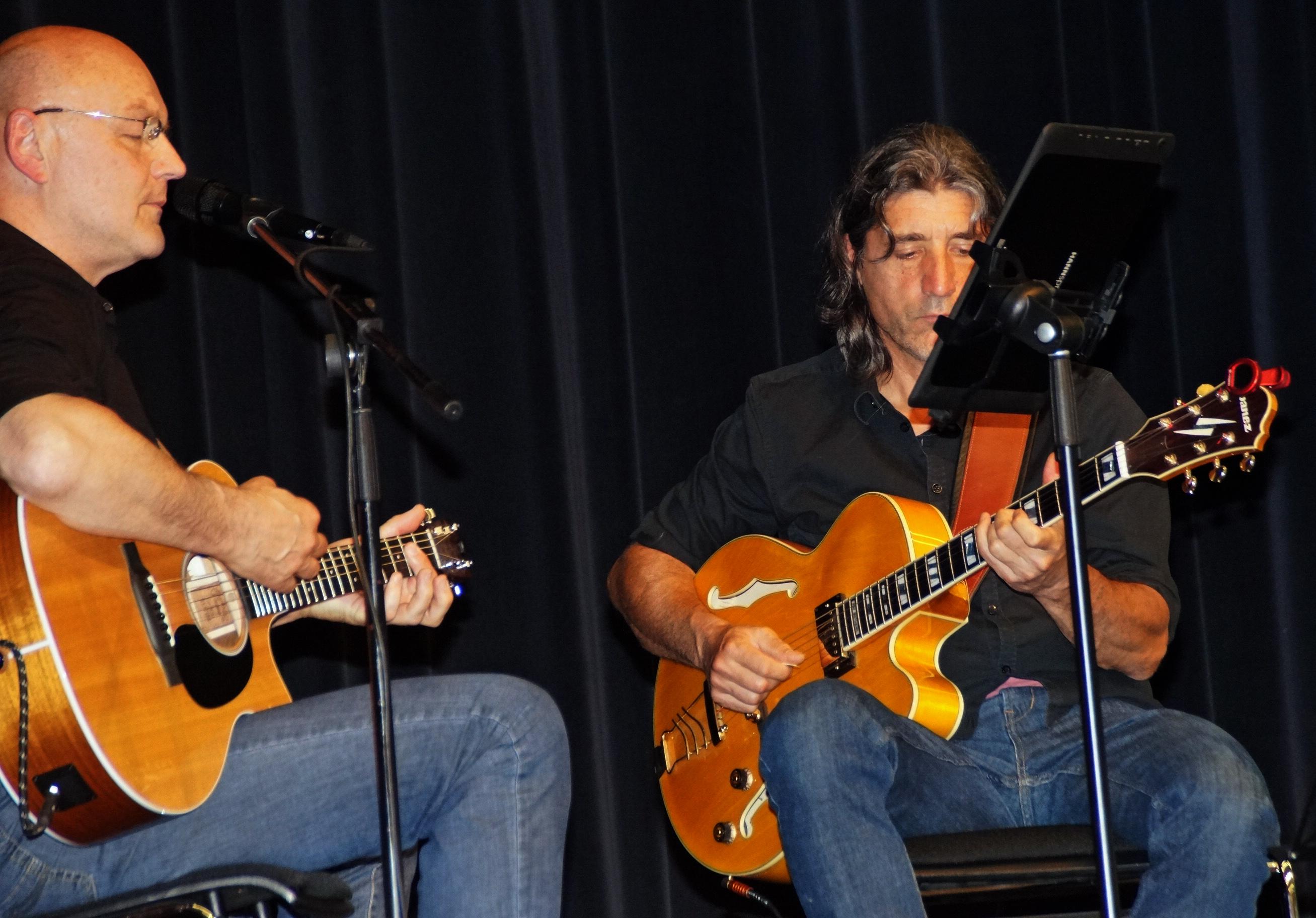 Die Gitarristen Jürgen Zach & Cyrus Saleki umrahmten den Abend mit einem gelungen Song-Mix