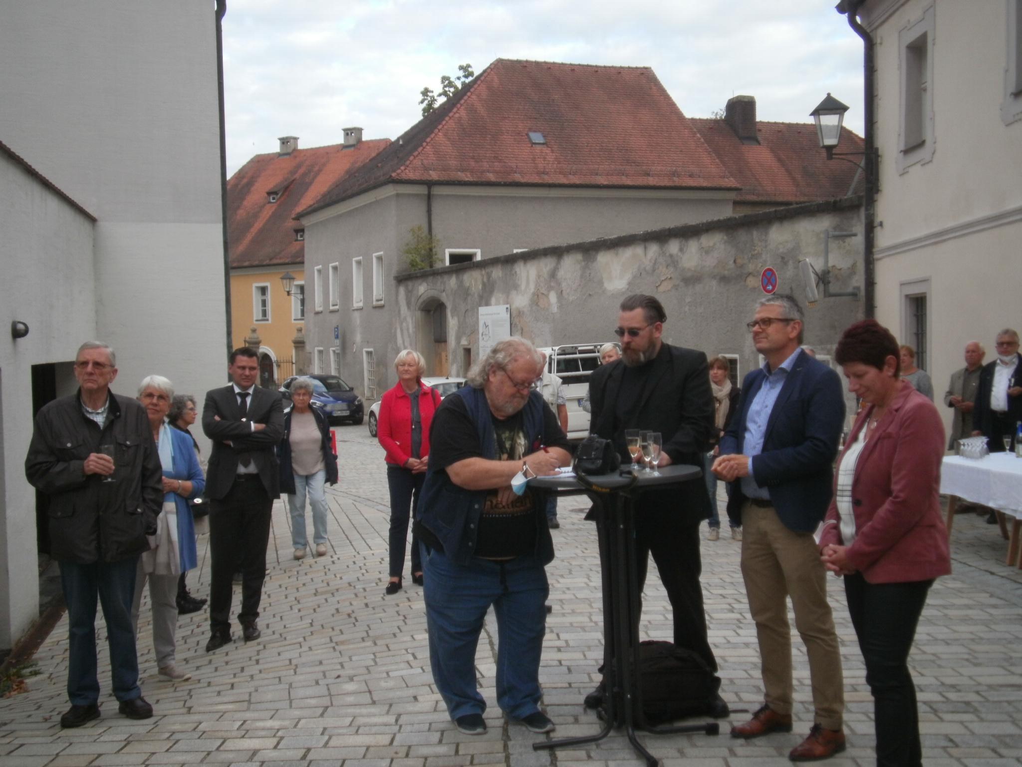 Ehrengäste und Pressevertreter bei der Ausstellungseröffnung vor der Fronfeste.