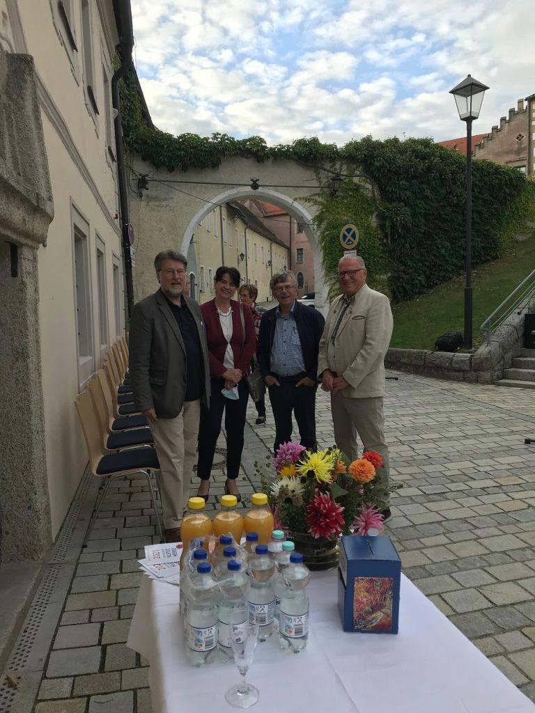 Die KVU-Vorstände Peter Wunder und Karl Stumpfi (v. re.) freuen sich gemeinsam mit Ehrenbürger Theo Männer und Ausstellerin Agnes Jonas auf die Ahoj-21-Eröffnung.