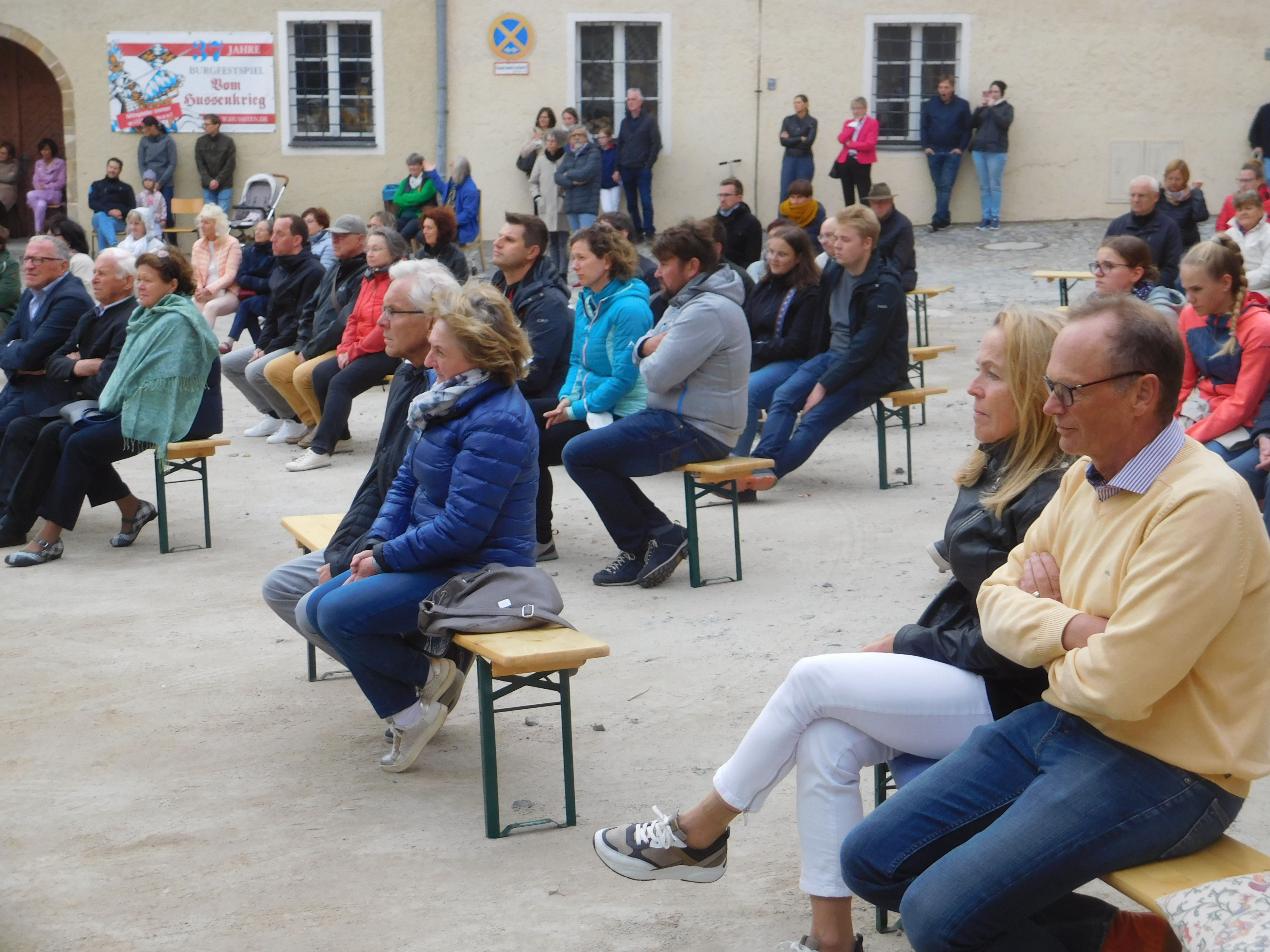 Bei herbstlichen Temperaturen ließen sich Zuhörerinnen und Zuhörer von den Melodien und Rhythmen des Reservistenmusikzugs erwärmen.