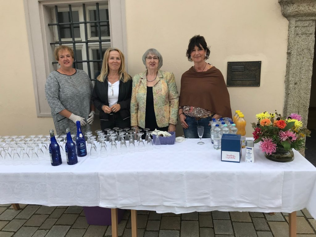Das KVU-Serviceteam bei der Ahoj-21-Vernissage (v. re.) Tanja Lennert, Renate Ullmann, Maria Bücherl und Dana Ettl.