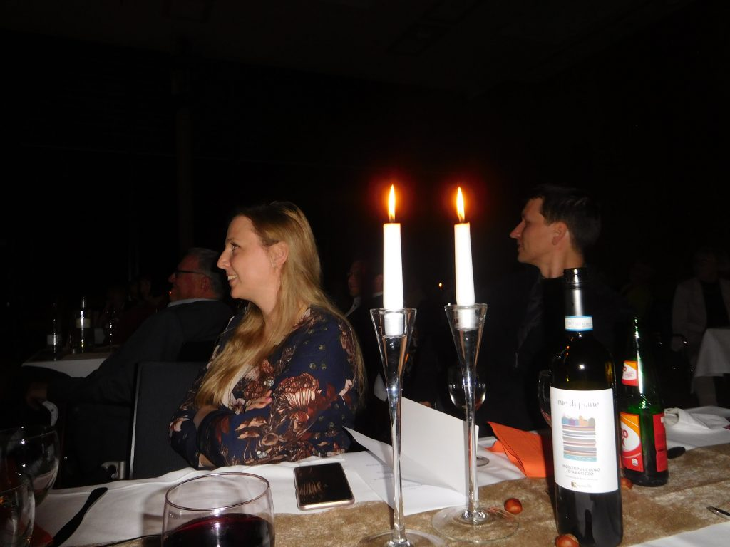 Abend für Genießer bei Kerzenschein und Gaumenfreuden im großen Saal.