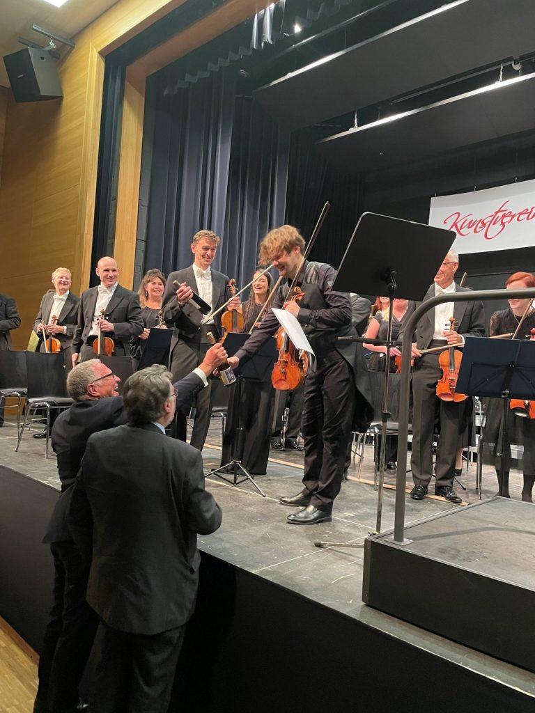 Die KVU-Vorstände Peter Wunder und Karl Stumpfi gratulieren dem Geigenvirtuosen Milan Pal'a.