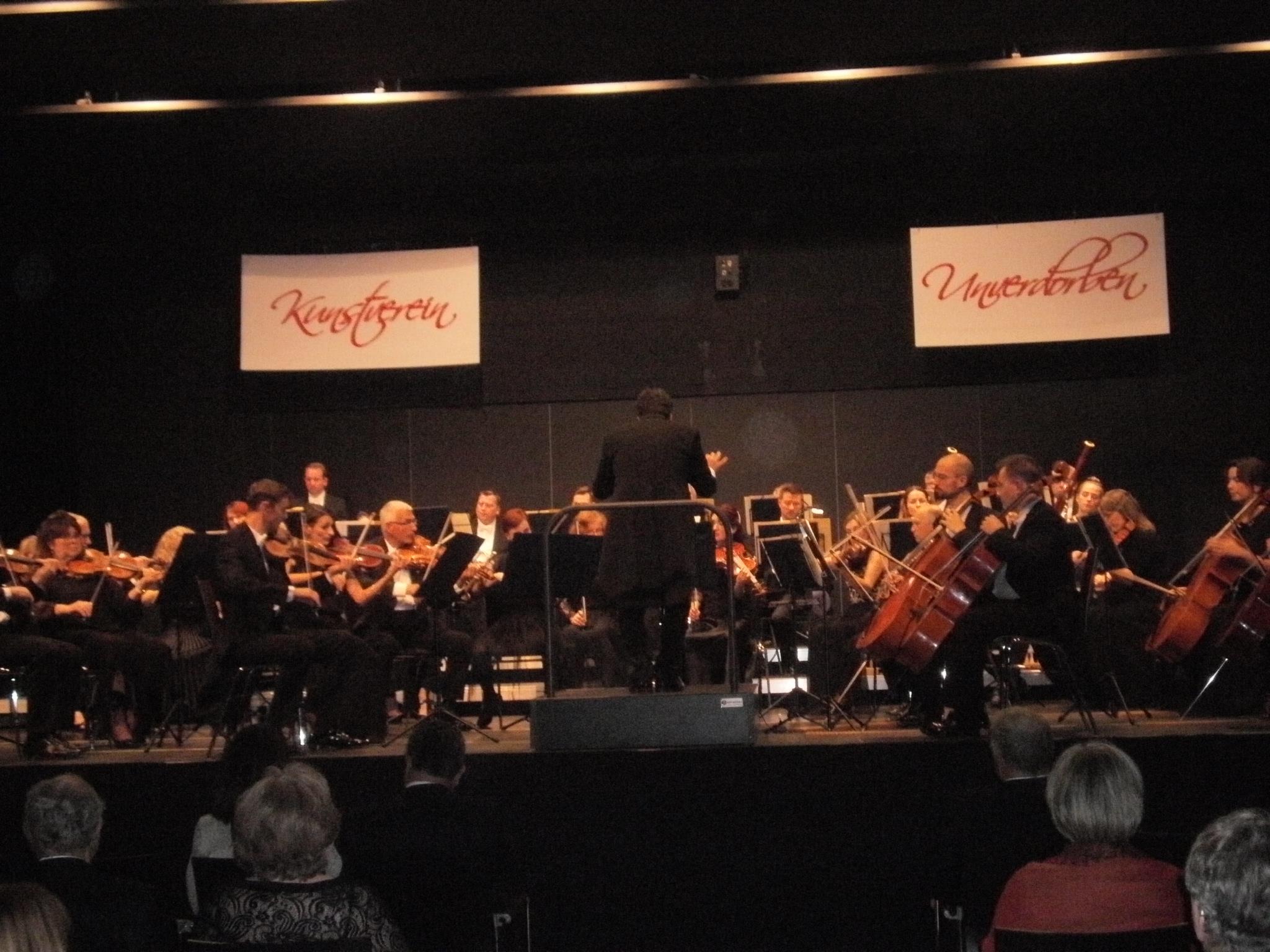 """Die """"Apotheose des Tanzes"""", Beethovens 7. Symphonie  A-Dur op. 92, wurde dank der großartig disponierten Königgrätzer Philharmoniker unter Leitung von Dirigent Andreas ebastian Weiser in der Schwarzachtalhalle zu einem grandiosen Hörerlebnis. Foto: Karl Stumpfi"""