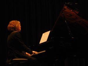 Pianist Toby Mayerl, Amberg, am Boston-Flügel der Schwarzachtalhalle.